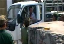 Clip: Dân phòng 'đấu gậy' với tài xế xe tải