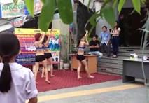 """Siêu thị điện máy ở Hà Nội """"câu khách"""" bằng múa sexy"""