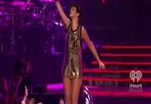 Clip Rihanna mặc áo bóng rổ ngắn cũn, nhảy gợi cảm