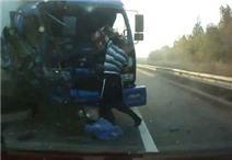 Clip: Xe tải lao thẳng vào xe container, tài xế thoát chết