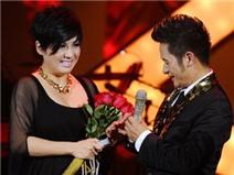 Bằng Kiều trao nhẫn cho vợ trên sân khấu