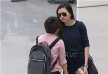 Thiều Bảo Trang ôm và hôn Phương Uyên ở sân bay