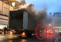 Liều mình lao vào xe tải bốc cháy, cứu mạng hàng trăm người