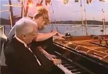 """""""Tranh"""" nhau chơi đàn piano cực đỉnh"""