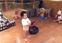 Bé 16 tháng tuổi nhảy Gangnam Style cực đáng yêu