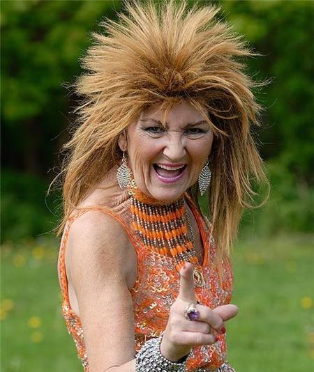 Знакомьтесь это 70 летняя Пэм Шоу из Англии, она певица кабаре, и в свою 70