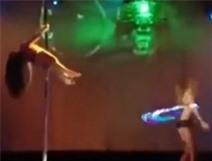 Video vũ nữ sexy ngã lộn cổ vì gãy cột