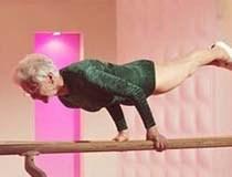 Cụ bà 87 tuổi nhào lộn như thanh niên