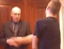 Học sinh hỗn láo với thầy giáo trước lớp