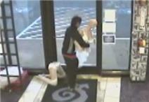 """Clip: Trộm đột nhập, giải cứu """"mỹ nhân"""" manơcanh ra khỏi shop người lớn"""
