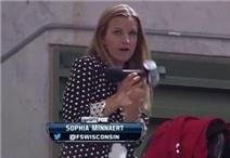 Clip nữ phóng viên bị bóng bay trúng mặt khi đang dẫn chương trình