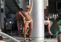 Người đẹp ngã đau đớn vì õng ẹo ở bể bơi