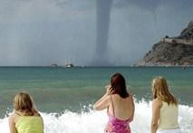 Xem vòi rồng càn quét bờ biển Pháp