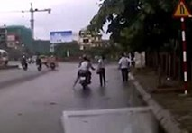 Giật túi xách giữa chốn đông người tại chân cầu Vĩnh Tuy