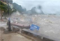 Video: Sóng dữ Hạ Long cao hàng mét, quật nát kè