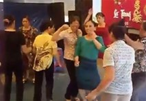 Video: Gần chục chị em U50 nhảy nhạc sàn bốc lửa trong đám cưới quê