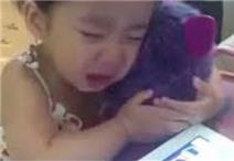 Em bé khóc thảm thiết khi đồ chơi hết pin