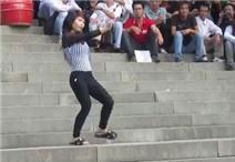 """Cô gái nhảy múa điên cuồng theo bài """"Sexy love"""" tại đền Hùng"""