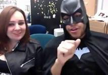 Hai hước: 'Người dơi' Batman hát 'Vầng trăng khóc'