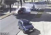 Bé trai thoát chết kỳ diệu khi bị ô tô hất tung