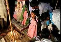 Cô dâu chú rể 5 tuổi khóc nhè trong lễ cưới