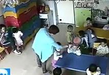 Phẫn nộ clip cô giáo lấy thước vụt đầu, đạp trẻ mầm non