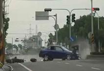Gặp tai nạn kinh dị chỉ vì vượt đèn đỏ tại giao lộ
