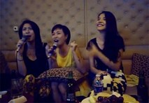 """Uyên Linh khoe giọng mộc cực """"khủng"""" trong phòng karaoke"""