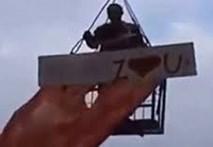 Thợ xây leo cần cẩu tỏ tình bị tạt nước từ chối