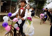 """Clip chú rể rước dâu bằng xe đạp """"cà tàng"""""""