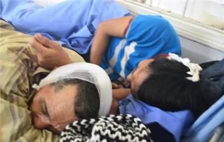 Hai bố con ông Lê Bá Năm đang nằm tại BV Đa khoa Hàm Rồng với vết thương nặng