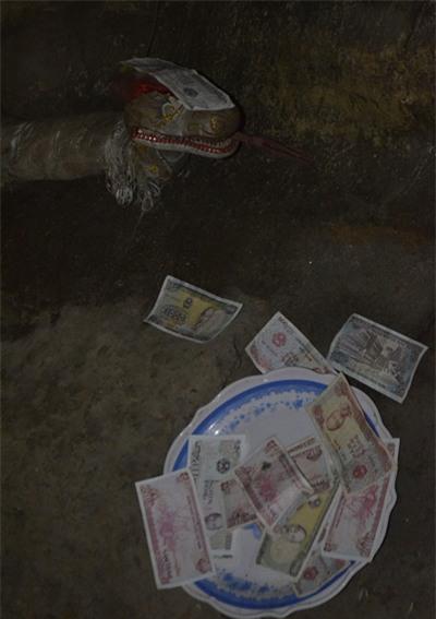 Tiền lẻ, lót tiền, sờ tay, cầu may, lễ hội, Ninh Bình