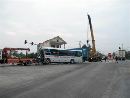 Do vụ tai nạn xảy ra tại ngã tư nên giao thông qua đây bị hỗn loạn nhiều giờ.