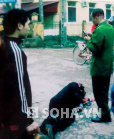 Nạn nhân Đặng Huy Trường nằm bất động trên vũng máu sau vụ tại nạn xảy ra (ảnh do gia đình cung cấp).