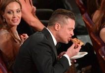 Khoảnh khắc sao tự sướng, tranh nhau ăn pizza ở Oscar