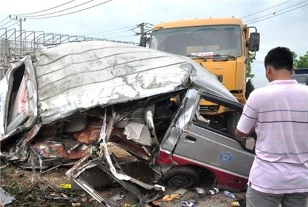 Chiều 3/4, một vụ tai nạn giao thông nghiêm trọng đã xảy ra trước cổng KCN Hòa Cầm, quận Cẩm Lệ, TP Đà Nẵng giữa xe tải và xe khách đã khiến 11 người bị thương nặng phải đưa đi bệnh viện cấp cứu. Các nhân chứng cho biết, xe khách mang BKS 92H 0569 chạy theo hường từ khu du lịch Bà Nà về cầu vượt Hòa Cầm thì bị xe tải mang BKS 43X 5376 chạy phía sau tông mạnh vào phần hông