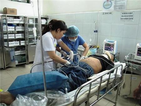 Nằm trên giường bệnh tại khoa cấp cứu, ông Phan Tấn Hải (một trong số hành khách trên ô tô gặp nạn), cho biết 12 người trên xe đều là gia đình, họ hàng nhau, cùng ở thị trấn Hà Lam, thuê xe ô tô tham quan du lịch Bà Nà trong sáng 3-4. Trên xe còn có 3 hành khách khác cũng quê Hà Lam và tài xế. Sau khi cả đoàn tham quan Bà Nà trở về thì gặp nạn. Vợ ông Hải - bà Mai Thị Phụng - cũng bị thương và đang được cấp cứu tại Bệnh viện Đà Nẵng. Riêng con dâu của ông Hải là chị Văn Thị Hiền may mắn không bị thương.