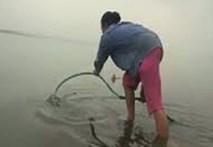 Clip: Dân Hà Nội phải đi mua nước sông để ăn