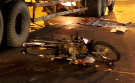 Khi đến gần chân cầu vượt Trạm 2, xảy ra va chạm với xe container BS: 51E-013.31 do tài xế Trần Cường (SN 1976, quê Bình Định) điều khiển, lưu thông cùng chiều. Sau cú va chạm, cả hai nữ sinh và xe máy ngã nhào xuống đường, Huyền bị bánh xe container cán qua làm tử vong tại chỗ, còn Cẩm may mắn thoát chết trong gang tấc.