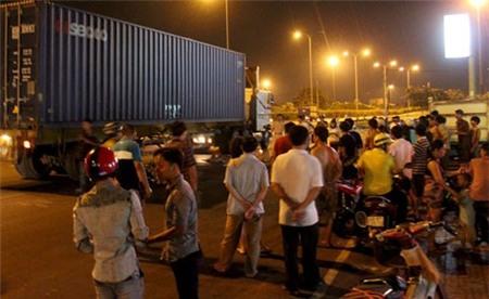 Người dân tụ tập tại hiện trường tai nạn thương tâm.