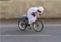 Màn drift xe tóe khói theo phong cách Ả Rập hài hước