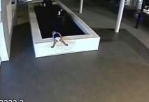 Em bé suýt chết đuối khi chơi đùa một mình bên bể nước