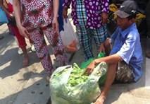Video: Người đàn ông bật khóc vì bị cấm bán rau vỉa hè Sài Gòn