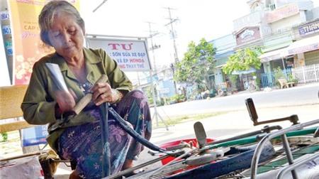 Dù đã 62 tuổi nhưng bà Tư vẫn sửa xe rất nhanh và khỏe.