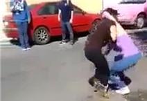 Cô gái lên cơn động kinh co giật do bị đánh trúng chỗ hiểm