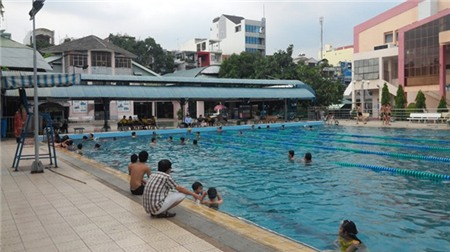 Nhiều người đến hồ bơi Tân Bình (quận Tân Bình) để tránh nóng.