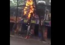 Bất chấp nguy hiểm, ông Tây cứu xe đạp cạnh cột điện cháy nổ