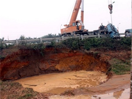Đường ống nước dẫn nước sông Đà bị vỡ nhiều lần.