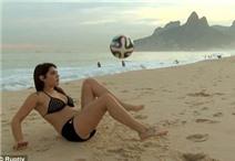 Video: Siêu mẫu thách Messi đọ tài tâng bóng nghệ thuật