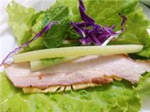 Thưởng thức bánh tráng cuốn thịt heo trên đất Hà Nội